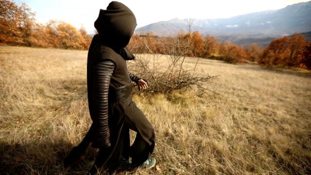 doğada yürüyüş rahip - kapüşon stok videoları ve detay görüntü çekimi