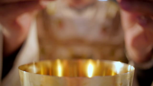 Des Priesters Hand brechen des Wafers – Video