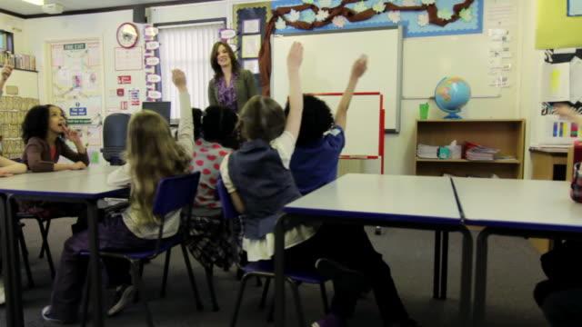 dolly: primary school-klassenzimmer - grundschule stock-videos und b-roll-filmmaterial
