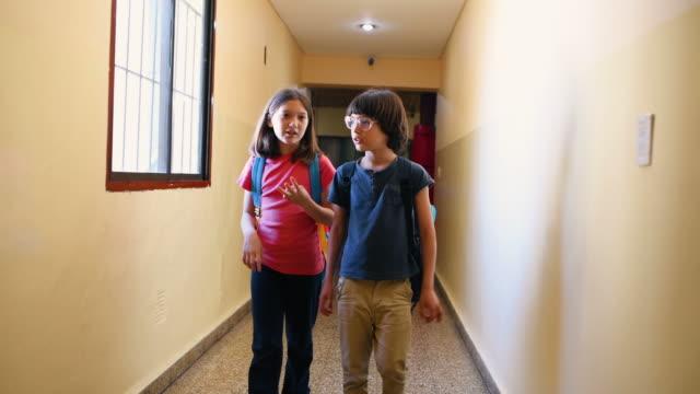 vídeos y material grabado en eventos de stock de estudiantes de la escuela primaria caminando a clase - regreso a clases