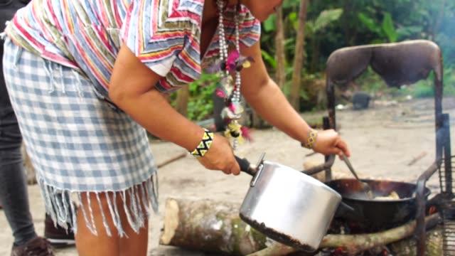 Peces primitivos indígenas brasileños freír en tribu - vídeo
