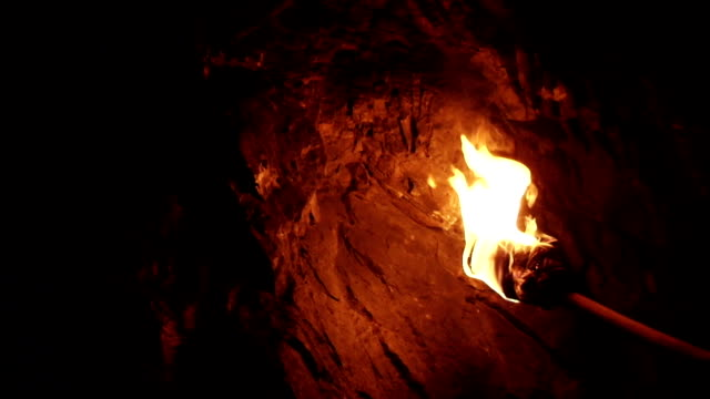 stockvideo's en b-roll-footage met primitive torch in cave - fakkel