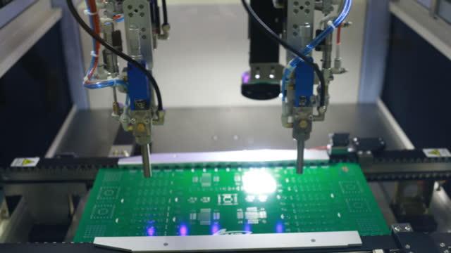 自動ロボットアームで組み立てられるプリント回路基板 - 半導体点の映像素材/bロール