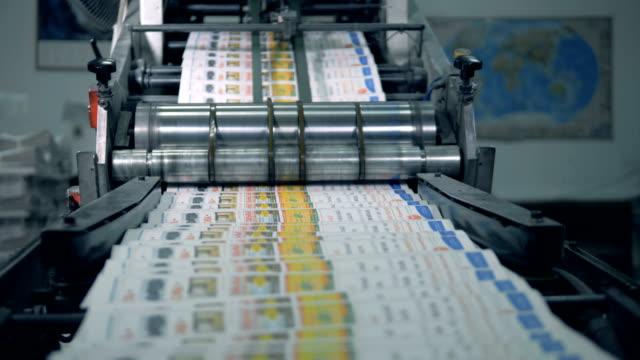 stockvideo's en b-roll-footage met gedrukte tijdschriften bewegen zich langs de rolling machine - kunstmatig