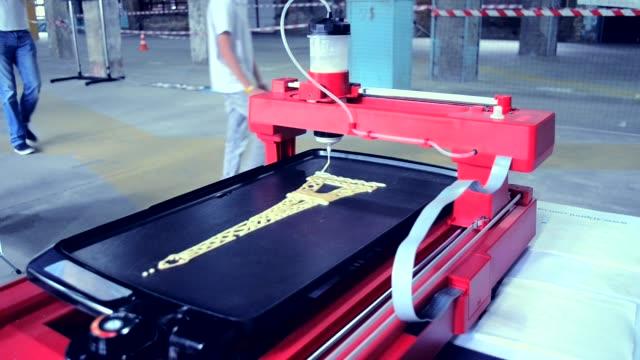 Impressora 3D impressão panquecas com massa líquida de formas diferentes - vídeo