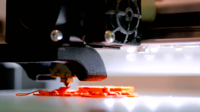 3d printing machine making plastic model - prodotto d'artigianato video stock e b–roll