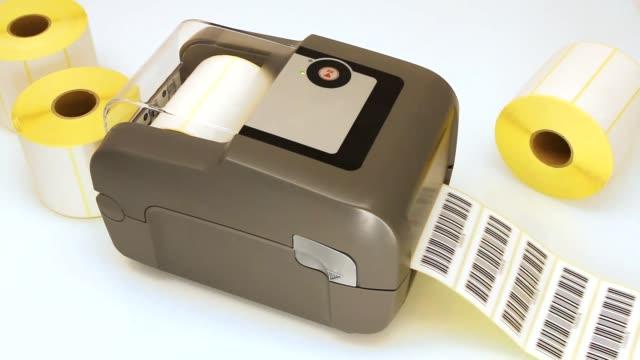 Impresión de etiquetas de código de barras con el proceso de impresión de transferencia térmica o térmica directa. Impresión de códigos de barras en el rollo de etiquetas. - vídeo