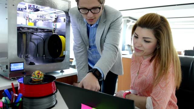 DOLLY:  Impressão em 3D escritório - vídeo