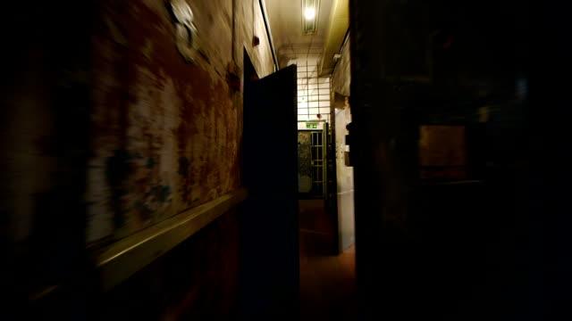 vídeos de stock e filmes b-roll de hd-prisão corredor - fugir