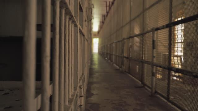 celle di prigione all'interno del penitenziario - prigione video stock e b–roll