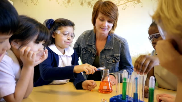 Privativo escola primária de estudante fazendo química Experimente com professor e colegas de turma com facilidade - vídeo