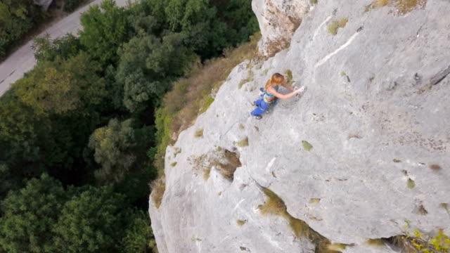 vídeos y material grabado en eventos de stock de escalador pro en acción - escalada en rocas