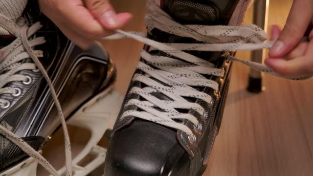 vidéos et rushes de fildeur de chaussure de hockey de glace pro. - hockey sur glace
