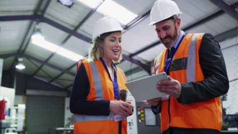 vídeos de stock e filmes b-roll de proactive management for a productive site - engenheiro