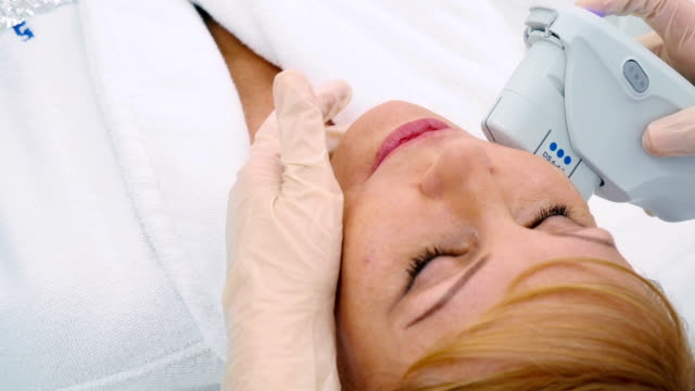 Procedure of face lift in the cosmetology center ビデオ