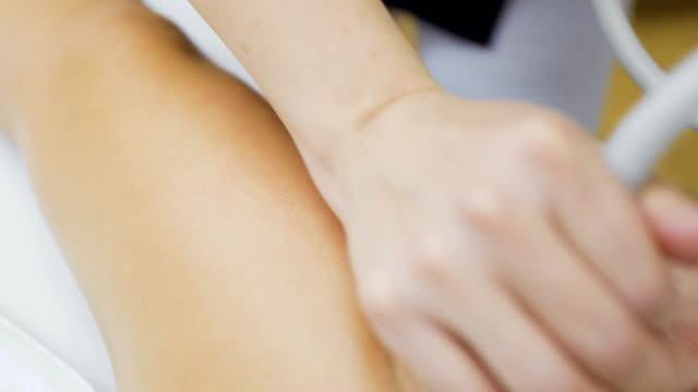 förfarande av vakuum massage för benen - acupuncture bildbanksvideor och videomaterial från bakom kulisserna