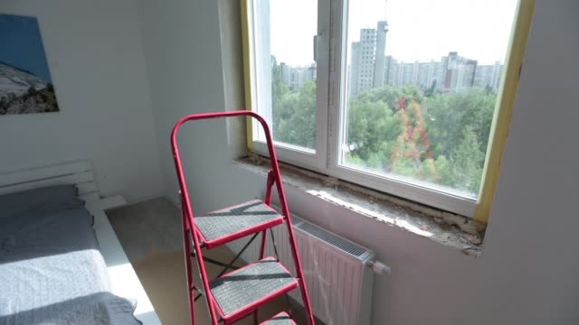 process installation slopes of window. using a moanting foam. - poliuretano polimero video stock e b–roll