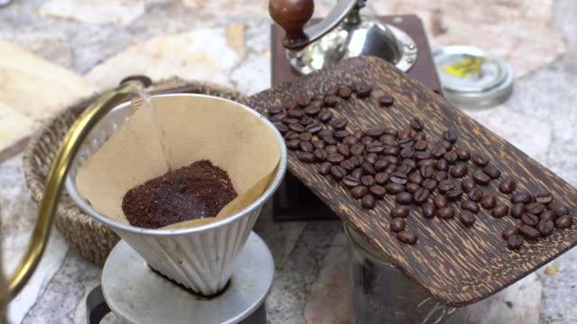 ヴィンテージ機器とお湯でコーヒーのドリップのプロセス ビデオ