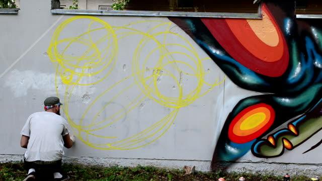vídeos de stock, filmes e b-roll de processo de criação de graffiti, vedação. - tag