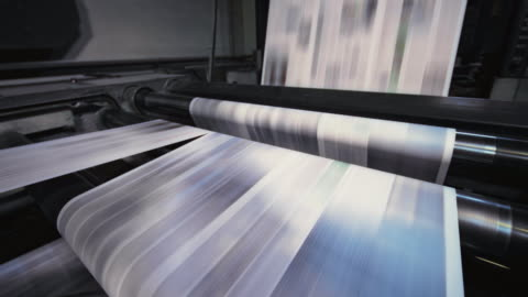 vídeos y material grabado en eventos de stock de proceso de corte de las hojas impresas para el periódico diario en la fábrica de impresión de periódicos - papel