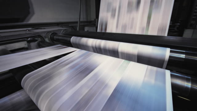 process of cutting the printed sheets for the daily newspaper in the newspaper printing factory - средство массовой информации стоковые видео и кадры b-roll