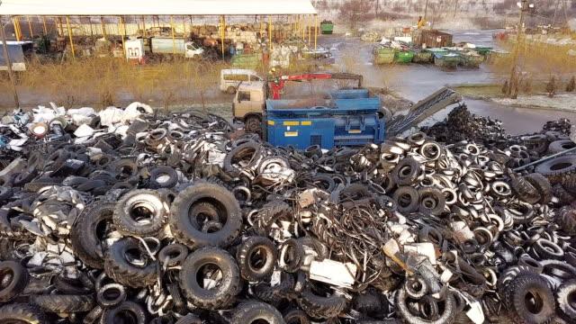 廢物的處理。卡車起重機把舊輪胎裝進碎紙機進行回收。鳥瞰圖 - lebanon 個影片檔及 b 捲影像