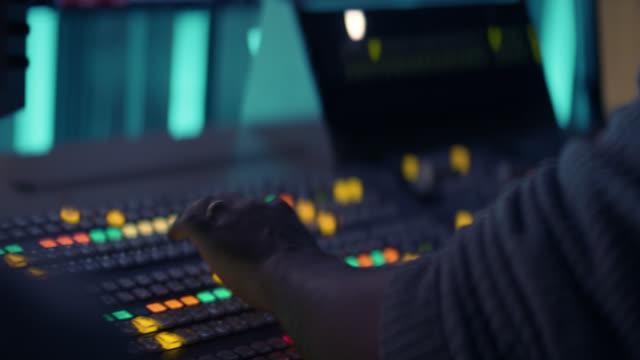 produzent arbeitet mit control desk im tv studio - atelier stock-videos und b-roll-filmmaterial