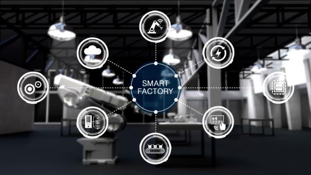 vídeos de stock, filmes e b-roll de produto para usando o braço robótico na fábrica smart. rodeado de fábrica smart informações gráfico icon. internet das coisas. 4º revolution.2 industrial. - inteligência