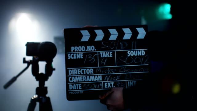 카메라 롤을 시작 하는 팀을 큐잉 하는 생산 승무원 - 영화 촬영 스톡 비디오 및 b-롤 화면