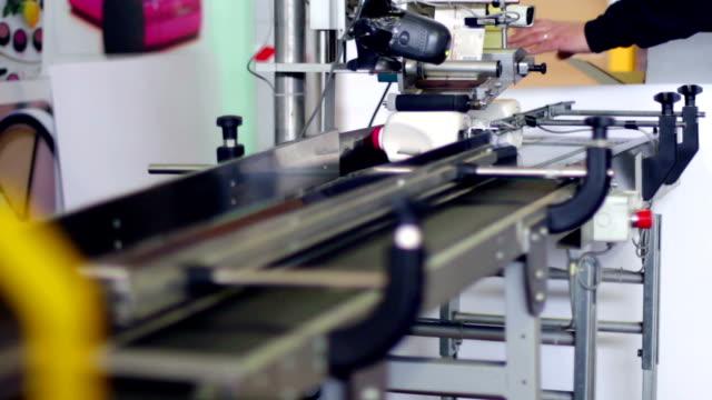 vídeos de stock, filmes e b-roll de linha de produção da garrafa de detersivo - tag