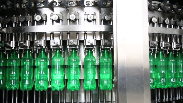 vídeos de stock e filmes b-roll de production line of carbonated drinks - packaging
