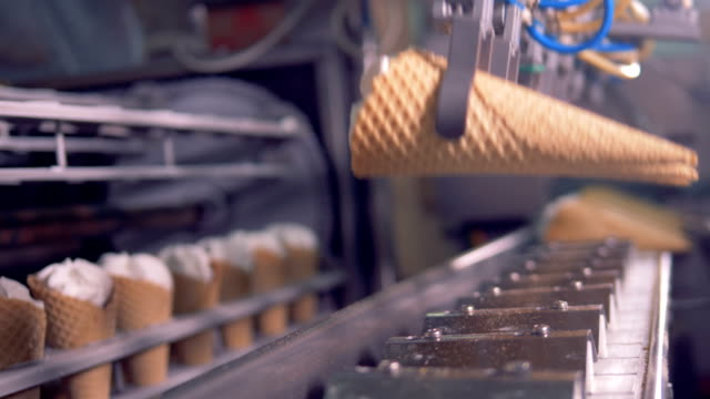production line of ice-cream. ice cream factory. - завод по переработке пищевых продуктов стоковые видео и кадры b-roll