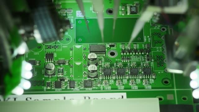 電子回路基板の製造コンピュータ技術の最新の革新的な生産。生産ライン上のマシンは、マイクロ回路にマイクロチップをインストールします。 - 半導体点の映像素材/bロール