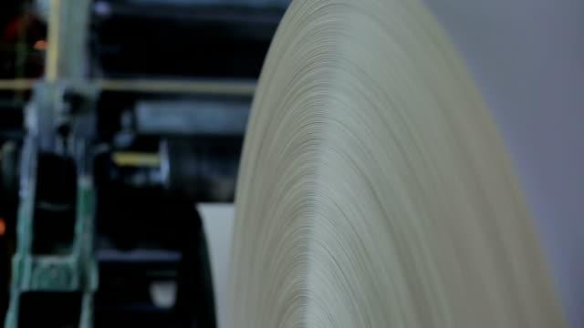 производство огромных рулонов упаковочной конденсатонерной бумаги и картона на старом заводском оборудовании - white background стоковые видео и кадры b-roll