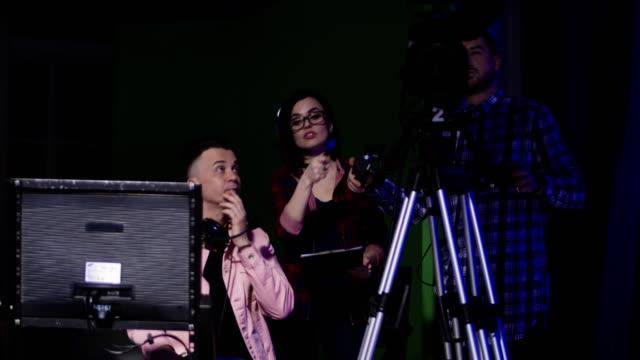 stockvideo's en b-roll-footage met productie-team een discussie - studio