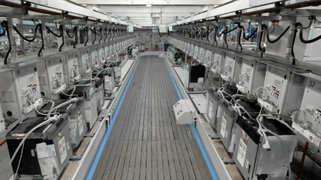 vídeos de stock e filmes b-roll de time-lapse products moving on a rail in the factory - factory