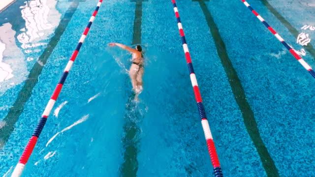 プールでプロのスポーツ選手。水泳は水のプールでのレースします。空中。 - 水泳点の映像素材/bロール