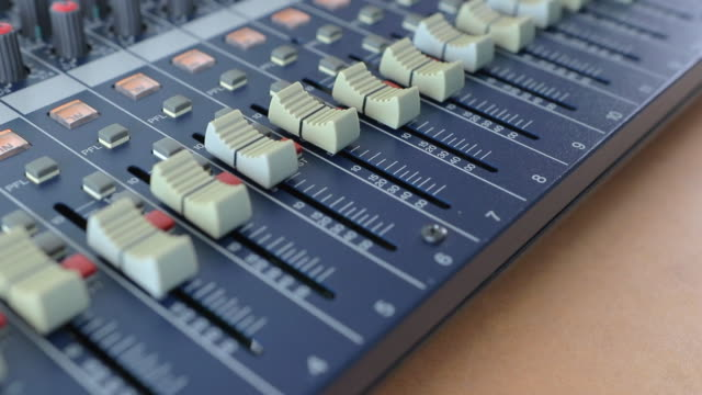 vídeos de stock, filmes e b-roll de misturador audio profissional com muitos canais, jogador musical para ajustar do fim do estágio acima - pin