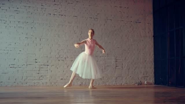 professionell ballerina dans på pointe i ett vitt rum. mjuka rörelser i kroppen och händerna. - på tå bildbanksvideor och videomaterial från bakom kulisserna