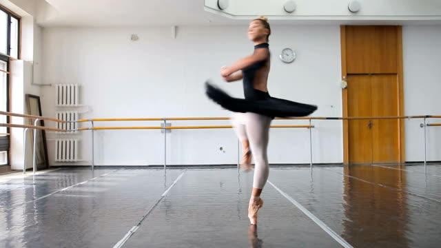 vidéos et rushes de une danseuse professionnelle dans une danse noir pack dans une salle de formation grand - justaucorps