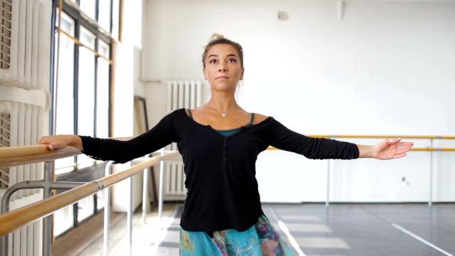 professionell balettdansös öva nära en balett bar - piruett bildbanksvideor och videomaterial från bakom kulisserna