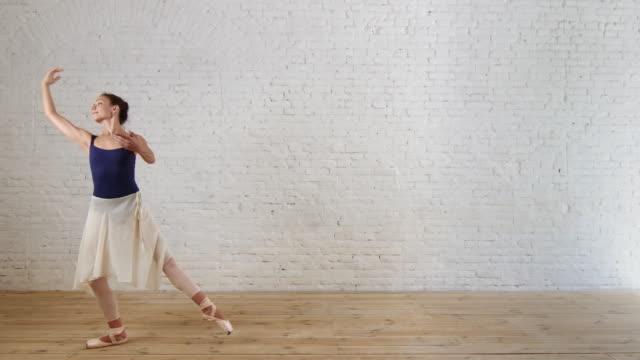 professionell balettdansös utbildning i rum med vit tegelvägg - piruett bildbanksvideor och videomaterial från bakom kulisserna