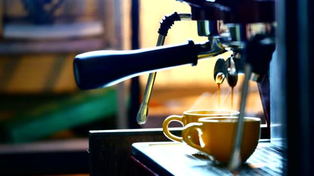 Un Barista profesional utilizando una máquina de café - vídeo