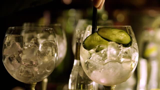 Um bartender profissional prepara um coquetel de beber para clientes no bar ou discoteca. - vídeo