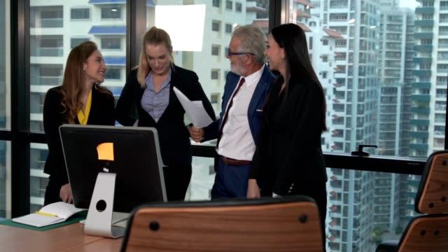 vídeos de stock e filmes b-roll de professional business people in the group meeting. - envolvimento dos funcionários