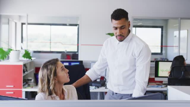 vídeos de stock e filmes b-roll de professional businessman giving document paper to his colleague in modern office in slow motion - trabalho de design
