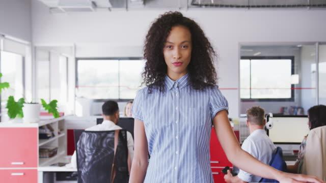 vídeos de stock e filmes b-roll de professional businesswoman walking in modern office in slow motion - trabalho de design