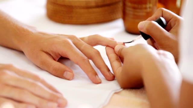 Profesional del cuidado de hermosas uñas - vídeo