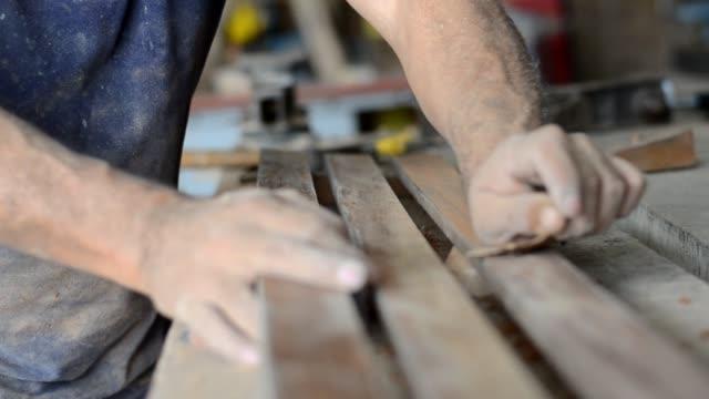 carpentere professionista levigatura e rifinitura della superficie del legno. - carta vetrata video stock e b–roll
