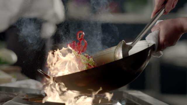professionellen koch kochen - scheibe portion stock-videos und b-roll-filmmaterial